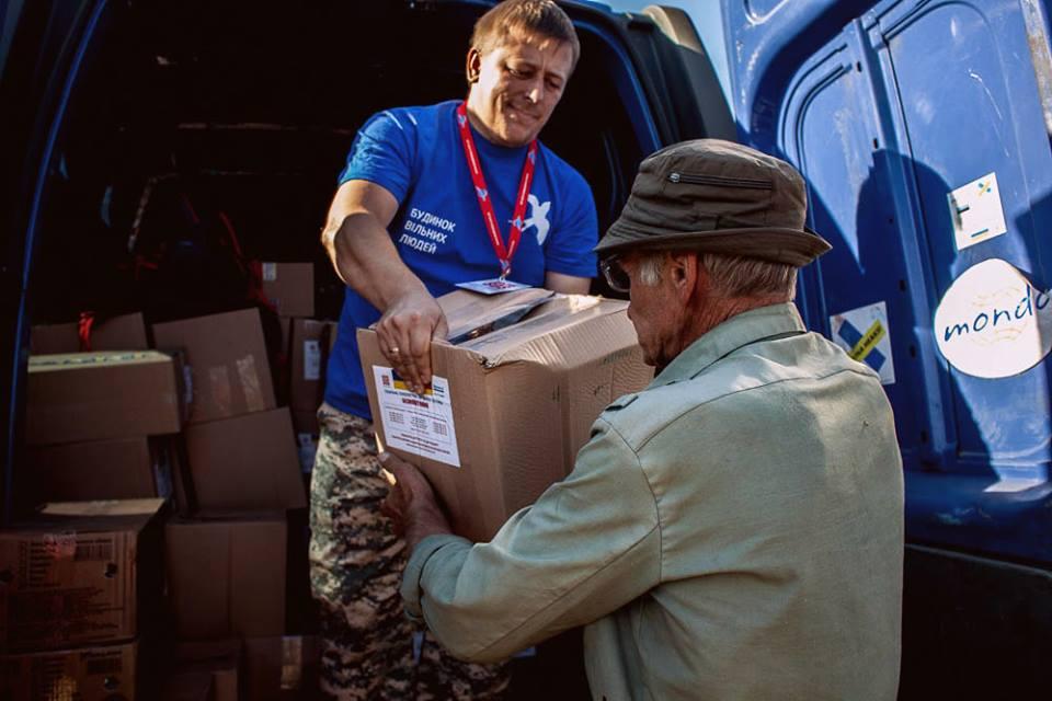 Активiст Восток-SOS Євгеній Васильєв роздає гуманітарну допомогу