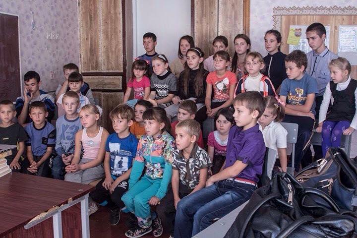 Діти з села Плотина дивляться фільми, надані Сучасним українським кіно