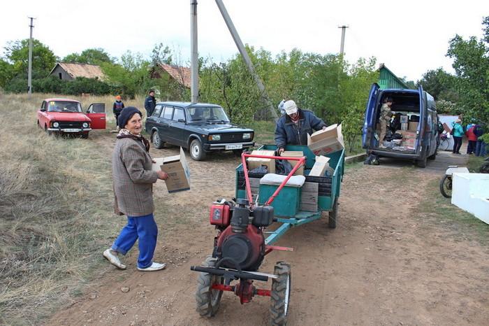Раиса Владимировна и Владимир загружают гуманитарку от «Восток SOS» в мотоблок