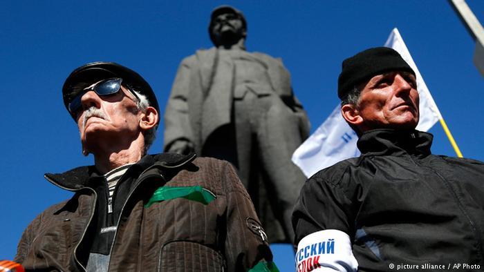 Проросійські Активісти біля пам'ятника Леніну у Донецьку