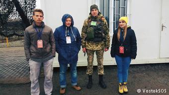 """Представники моніторингової місії благодійного фонду """"Схід-SOS"""" під час відвідання КПВВ """"Золоте"""", що розташований на лінії розмежування."""