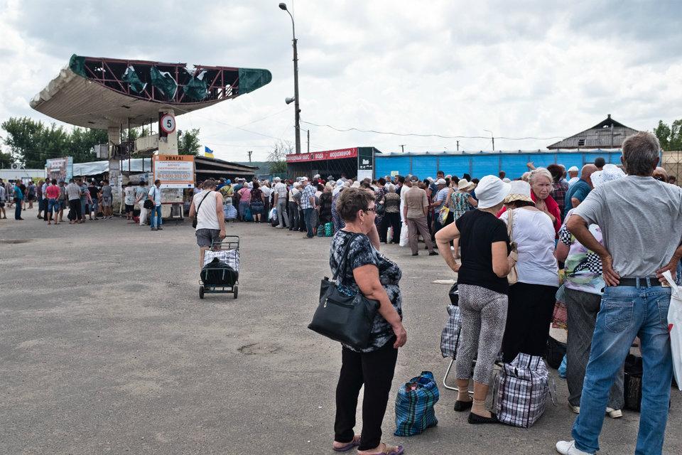 Marco Fieber Hunderte Menschen warten am einzigen Ein- und Ausreisepunkt zur selbsternannten Volksrepublik Luhansk – einer zerstörten und umfunktionierten Tankstelle in Stanyzja Luhanska.