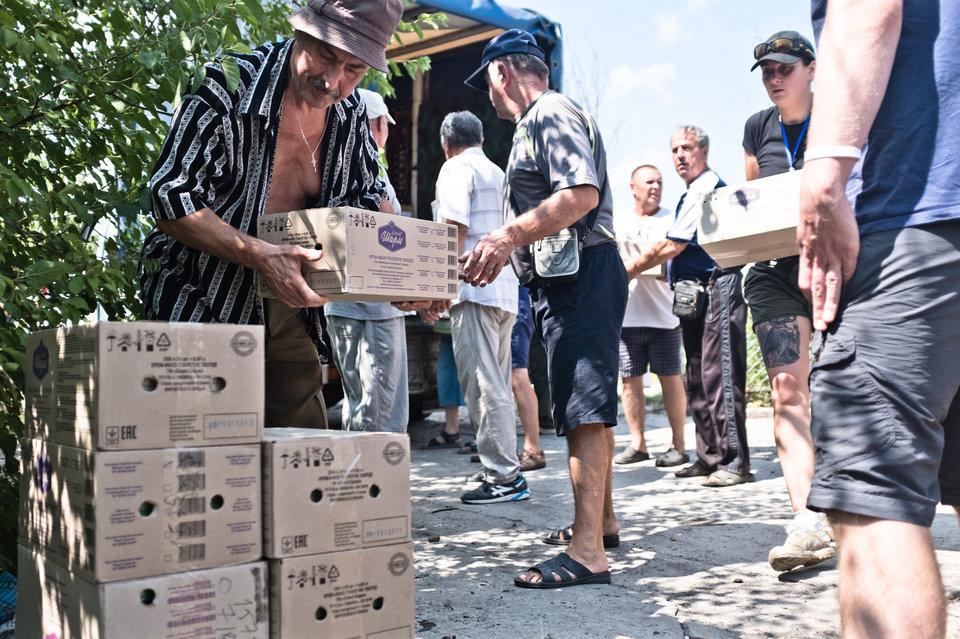 Marco Fieber Bewohner von Schtschastja bei der Verteilung von Hilfspaketen.