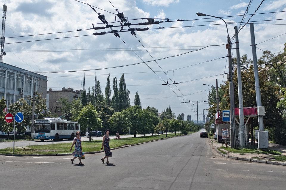 Marco Fieber Im Zentrum von Sjewjerodonezk, im Hintergrund: die Chemiefabrik.
